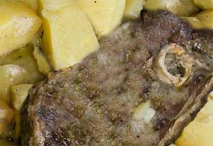 Αρνί στη γάστρα με πατάτες