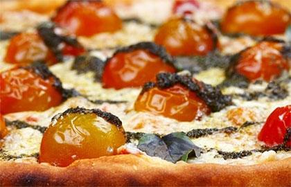 Ιταλική πίτσα με ψητά ντοματίνια
