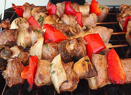 Σουβλάκια χοιρινά με λαχανικά