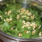 Σπανάκι με κουκουνάρι σαλάτα