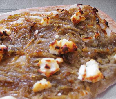 apli-pitsa-me-kremidia-kai-feta