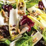 Σαλάτα με αντίβ, καρύδια και μπλε τυρί
