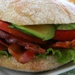 Σάντουιτς με μπέικον και αβοκάντο