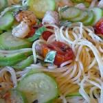 Μακαρόνια με γαρίδες, ντοματίνια, κολοκυθάκια