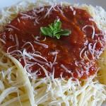 Μακαρόνια με κόκκινη σάλτσα ντομάτα