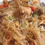 Γυάλινα νουντλς με λαχανικά και κοτόπουλο