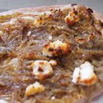 Απλή πίτσα με καραμελωμένα κρεμμύδια